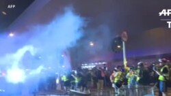 La police tire du gaz lacrymogène pour disperser des manifestants à Hong Kong