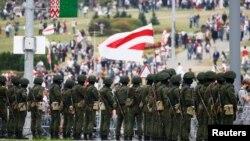 白俄羅斯反對派示威抗議總統選舉結果的活動中,執法人員保持戒備。 (2020年8月23日)