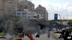 بیروت میں مظاہرین نے ٹائر جلا کر سڑکیں بلاک کر دیں۔ 9 مارچ، 2020