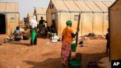 Des femmes déplacées préparent de la nourriture dans le camp de Kaya, à 100 km au nord de Ouagadougou, Burkina Faso, le 8 février 2021.