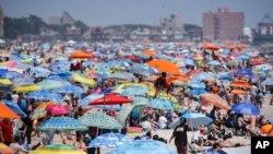 ازدحام مردم در ساحلی در بروکلین، نیویورک به رغم توصیه کارشناسان به فاصله گیری اجتماعی - ۴ ژوئیه ۲۰۲۰
