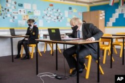 PM Inggris Boris Johnson ikut berpartisipasi dalam kelas online, saat meninjau Sedgehill School di Lewisham, tenggara London, Selasa, 23 Februari 2021.