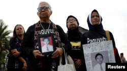 "Para orang tua yang kehilangan anak-anaknya dalam kerusuhan politik pada 1998 berpartisipasi dalam unjuk rasa mingguan ""Kamisan"" menentang pelanggaran HAM di luar Istana Kepresidenan, 17 Mei 2018. (Foto: Reuters)"