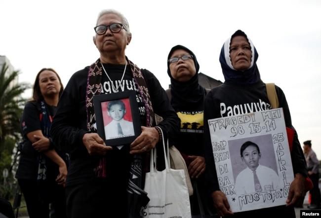 "Para ibu yang kehilangan anak-anaknya dalam kerusuhan politik pada 1998 berpartisipasi dalam unjuk rasa mingguan ""Kamisan"" menentang pelanggaran HAM di luar Istana Kepresidenan, 17 Mei 2018. (Foto: Reuters)"