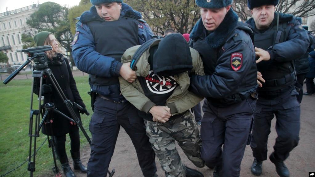 Moskë, arrestohen qindra protestues