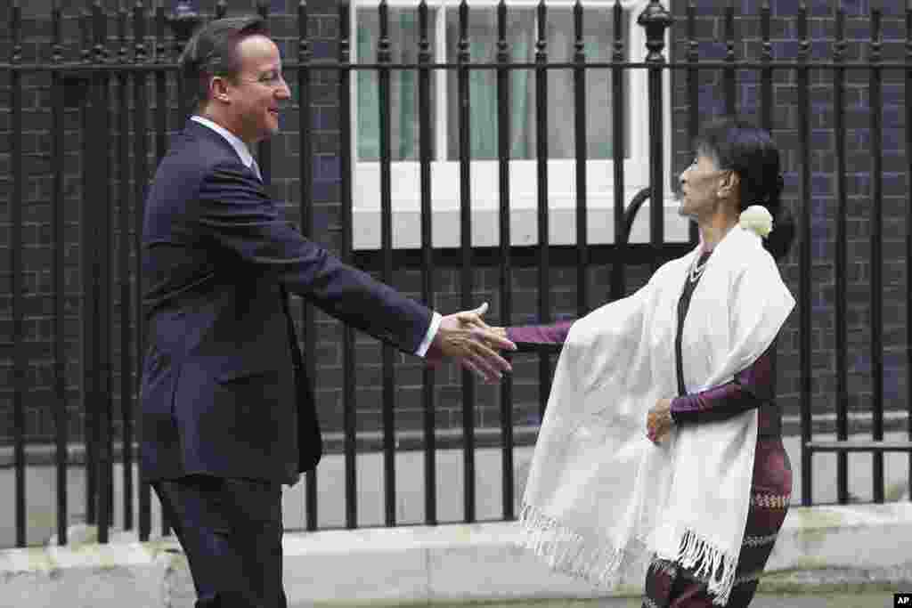 Aung San Suu Kyi greets British Prime Minister David Cameron at 10 Downing Street in London, June 21, 2012.