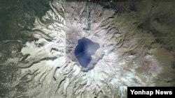 지난해 10월 위성지도사이트 '구글 어스'에서 검색한 백두산 일대의 모습. (자료 사진)