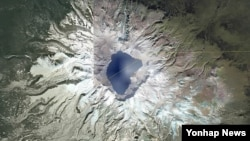 지난해 10월 위성지도 사이트 '구글 어스'에서 검색한 백두산 일대의 모습. (자료 사진)