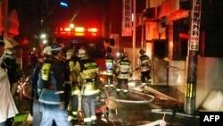 Nhân viên cứu hỏa tại bệnh viện bị hỏa hoạn ở Fukuoka, Nhật Bản, ngày 11/10/2013.