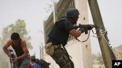 利比亚革命战士10月8日在苏尔特向亲卡扎菲部队射击