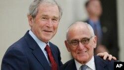 Джордж Буш и Роберт Стерн. Даллас, штат Техас. 24 апреля 2013 г.