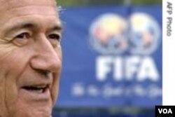 Misye Sepp Blatter devan yon bannyè FIFA
