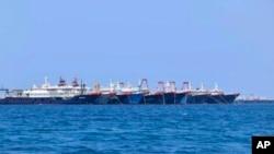 大批中國船隻停泊在南中國海有爭議的惠特森礁(中國稱牛頭骨礁,菲律賓稱朱利安·費利佩礁)(Whitsun Reef)。(2021年3月7日)