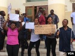 Nampa abanye abantu abatshengisele phandle kwe Large City Hall koBulawayo ...