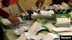 Para petugas menghitung surat suara di sebuah TPS di Khartoum, 17 April 2015 (REUTERS/Mohamed Nureldin Abdallah)