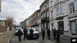 Polisi Belgia berjaga-jaga di sebuah jalan di Verviers, Belgia (16/1). Polisi memblokir sebuah jalan setelah terjadi penggeberegan anti-terroris di Vervier, Belgia.