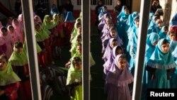 Filles de l'école maternelle Pishtaz informatisée pour les élèves surdoués, à Téhéran, le 15 octobre 2011. Les parents peuvent regarder les activités de leurs enfants via des caméras installées dans les espaces publics de l'école. (Reuters/Raheb Homavandi)