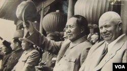 1954年 (從右至左) 赫魯曉夫,毛澤東,金日成和周恩來 (美國之音白樺攝自赫魯曉夫展覽)