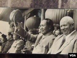1954年赫鲁晓夫和毛泽东、金日成、周恩来在天安门上(美国之音白桦翻摄自莫斯科的赫鲁晓夫展览)