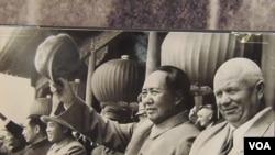 1954年 (从右至左) 赫鲁晓夫,毛泽东,金日成和周恩来 (美国之音白桦摄自赫鲁晓夫展览)