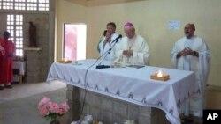 Des prélats catholiques célèbrent une messe dans l'église Tchakidjebe, près de Maroua, Cameroun, janvier 2014.