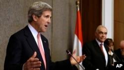 Ngoại trưởng Mỹ John Kerry (trái) và Ngoại trưởng Ai Cập Mohammed Kamel Amr tại Bộ Ngoại giao ở Cairo, 2/3/2013