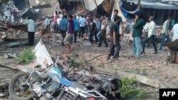 Người dân tụ tập xung quanh hiện trường vụ nổ tại 1 nhà hàng ở quận Jhabua, bang Madhya Pradesh, 12/9/2015.