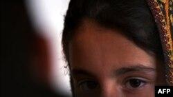 Seorang remaja Pakistan yang melarikan diri dari kawin paksa berbicara kepada para wartawan.