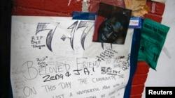 Foto Eric Garner di sebuah memorial di tempat ia meninggal dalam penahanan Juli lalu di Staten Island, New York (3/12). (Reuters/Shannon Stapleton)