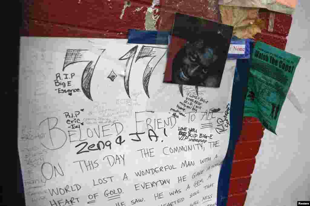 در جزیره استاتن، محلی که اریک گارنر در اواخر تیرماه کشته شد، یک یادبود موقتی با عکسی از او گذاشته شده – نیویورک، ۱۳ آذر