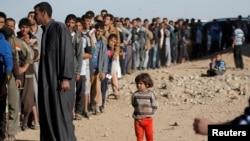 Mutanen Mosul da suke layi domin karbar abincn da gwamnatin Iraqi take ba wadanda yakin ya yashesu kakaf