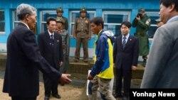 지난해 5월 동해 상에서 표류하다 한국 측에 구조된 북한 주민 3명 중 북한으로 돌아가겠다는 의사를 밝힌 남성이 판문점을 통해 북한으로 돌아가고 있다. (자료사진)