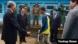 지난달 31일 동해 상에서 표류하다 한국 당국에 구조된 북한 주민 3명 중 북한으로 돌아가겠다는 의사를 밝힌 남성이 3일 오전 판문점을 통해 북한으로 돌아가고 있다. 이날 북한으로 돌아간 30대 남성과 함께 구조된 나머지 2명은 망명 의사를 표명해 관계 당국의 조사가 끝나는 대로 한국 정착 교육을 받게 될 예정이다.