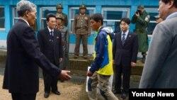 지난 2014년 6월 한국 동해 상에서 표류하다 구조된 북한 주민 3명 중 북한으로 돌아가겠다는 의사를 밝힌 남성이 판문점을 통해 북한으로 돌아가고 있다. (자료사진)