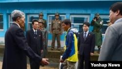지난해 5월 동해 상에서 표류하다 남한 측에 구조된 북한 주민 3명 중 북한으로 돌아가겠다는 의사를 밝힌 남성이 판문점을 통해 북한으로 돌아가고 있다. (자료사진)