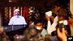 Wartawan India mendengarkan pembicaraan via video ulama Islam dan pendiri Yayasan Penelitian Islam, Zakir Naik, di Mumbai, India, 15 Juli 2016. (Foto:Dok)