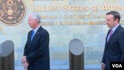 Сенатори Рон Джонсон та Кріс Мерфі біля Посольства США у Косово, 4 вересня 2019 року