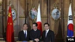 Pemimpin Tiongkok, Jepang dan Korsel berjabat tangan di akhir KTT tiga negara di Tokyo (22/5).