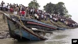 어제(30일) 발생한 전복사고 후 좌초된 유람선 잔해.