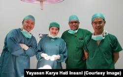 Drg. M. Syafrudin Hak (kedua dari kanan) dan Drg. Franciskus Praba (kanan) bersama tim bedah RSAB Harapan Kita Jakarta.