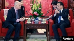 China's Premier Li Keqiang (R) gestures as he talks to California Governor Jerry Brown during a meeting at the Zhongnanhai Leadership Compound in Beijing, April 11, 2013.