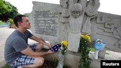 Giáo viên tiếng Anh người Mỹ Derek Davis tới đặt hoa tưởng nhớ ông McCain bên bờ Hồ Trúc Bạch hôm 26/8.