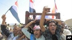也门反政府示威者在萨那抬着被政府军杀死的示威者尸体举行抗议
