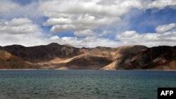 Hồ Pangong tại Ladakh, khu vực tranh chấp biên giới Ấn-Trung.