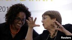 La Vicepresidenta de Costa Rica, Epsy Campbell Barr, habla con la Alta Comisionada de las Naciones Unidas para los Derechos Humanos, Michelle Bachelet, durante un foro sobre mujeres afrodescendientes en San José.