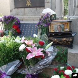 一位六四死難者的骨灰盒旁擺滿了獻花(資料照片)
