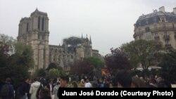 Residentes de París y turistas observan la Catedral de Notre Dame dañada por un incendio el lunes, 15 de abril de 2019.
