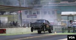 미 남부 테네시주 채터누가에서 열린 '남동부 노스탤지어 드래그 레이싱' 대회에 참가한 차가 전력질주하고 있다.