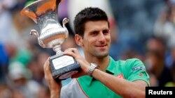 Novak Djokovic mengalahkan Rafael Nadal dalam Roma Terbuka hari Minggu (18/5).