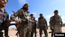 叙利亚一支反对派武装--叙利亚民主阵线的士兵在沙达迪城外 (2016年2月19日)